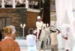 Жених, белый, на белом коне, поет песню невесте