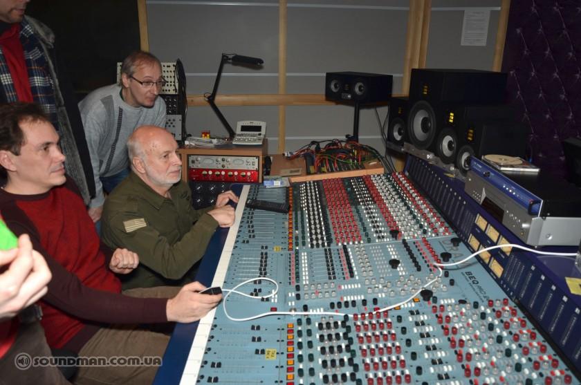 Олег Ступка за прослушиванием EVE Audio