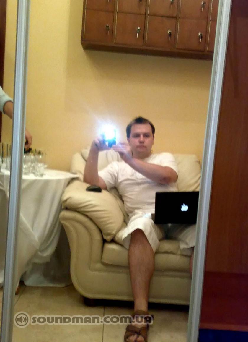 Алексей Малайный в гримерке с своим первым черным MacBook)