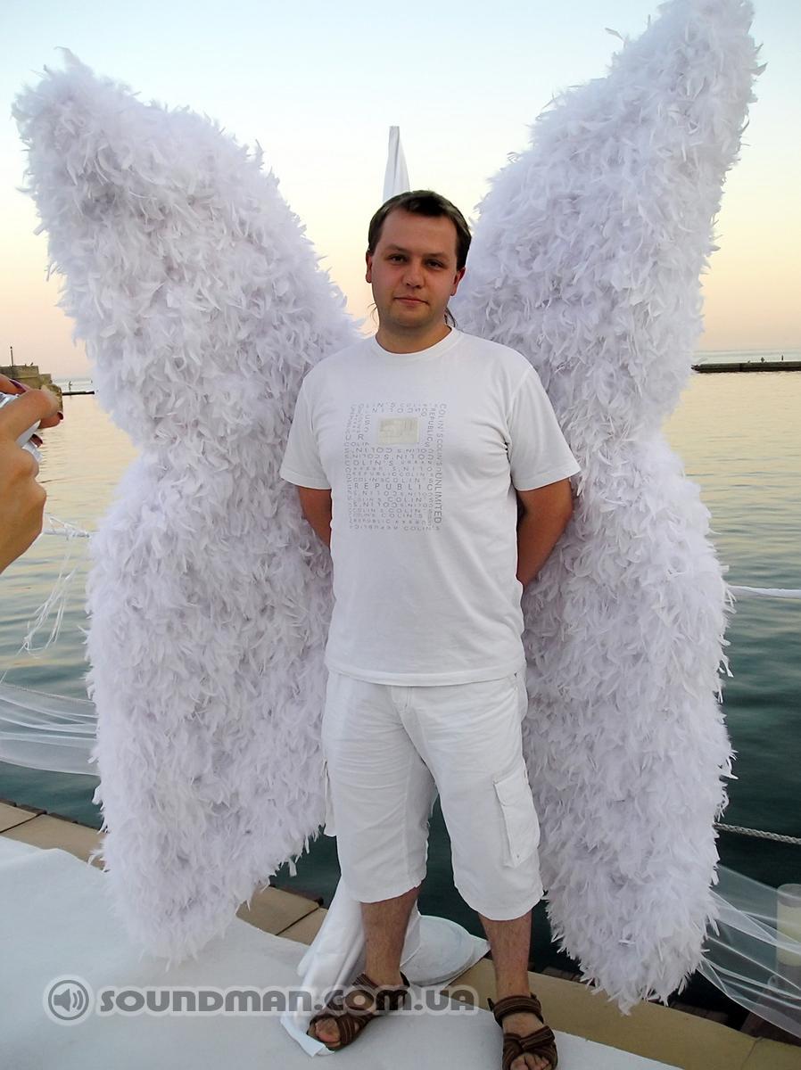 Всем пришлось одеться в белое, такой дресс-код, даже для звукорежисера