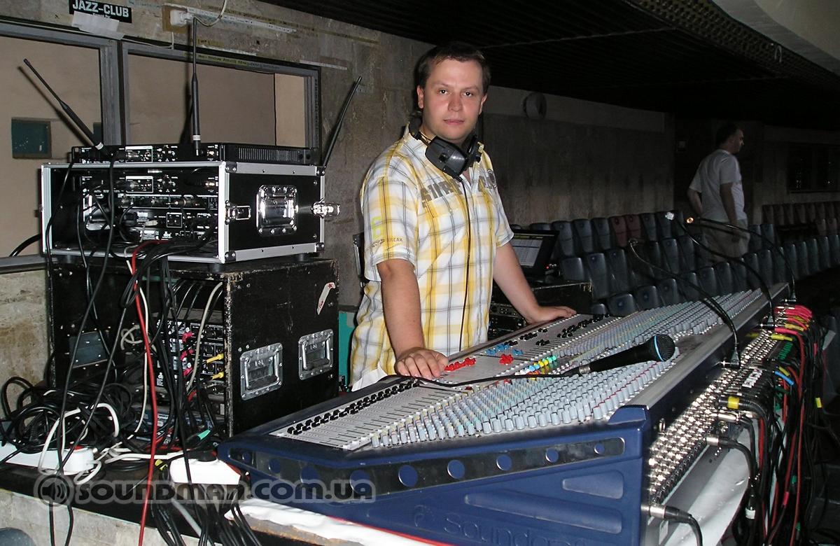 Алексей Малайный за пультом Soundcraft MH2